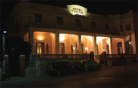 Hotel Tinion nachts