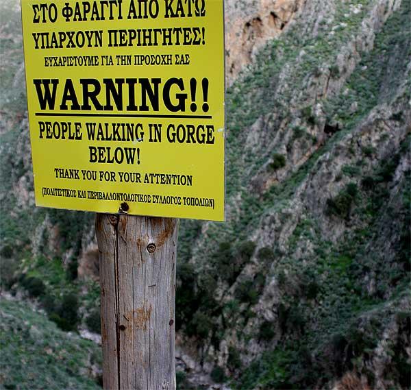 Warnschild Schlucht